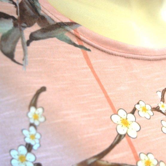 """Shirt """"Faro"""" in Rosé mit Blumen und Vogel Print - Detail Halsausschnitt"""