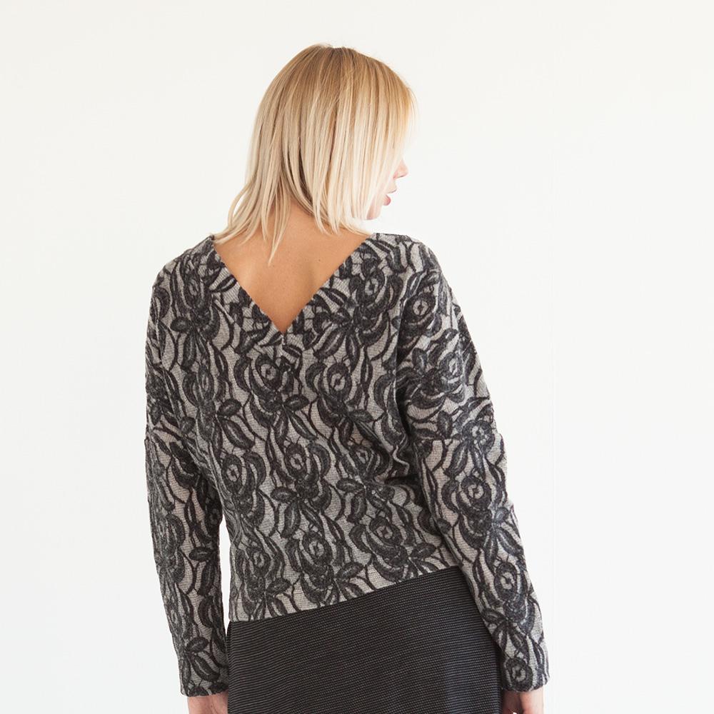 Pullover mit V-Ausschnit vorn und hinten aus mit Spitze besetztem Stoff.