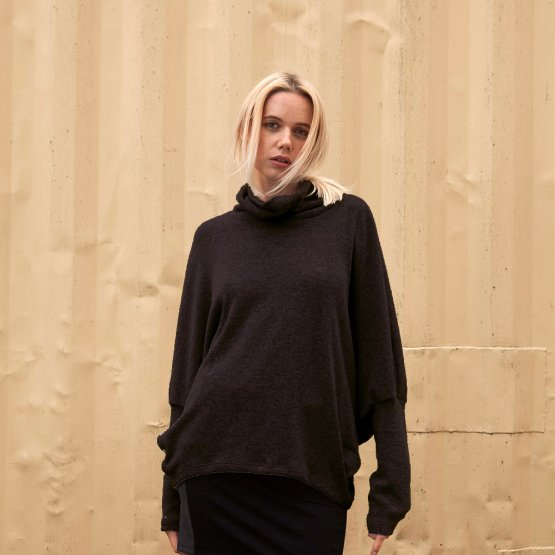 dunkelgrauer Oversize Pullover aus Viskose-Strick mit weiten Fledermausärmeln und langen Ärmelbündchen
