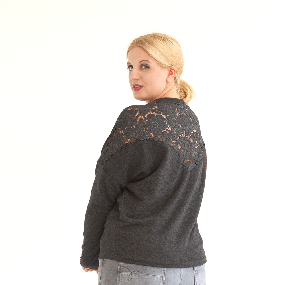 Dunkelgrauer Pullover aus Baumwolle mit Spitzeneinsatz im Rückteil, leichten Fledermausärmeln und Rundhalsauschnitt.