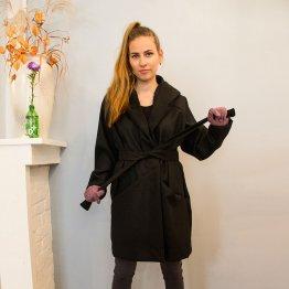 schwarzer Oversize Mantel mit großer Kapuze und Gürtel