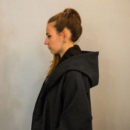 grauer Oversize-Mantel mit großer Kapuze und Gürtel