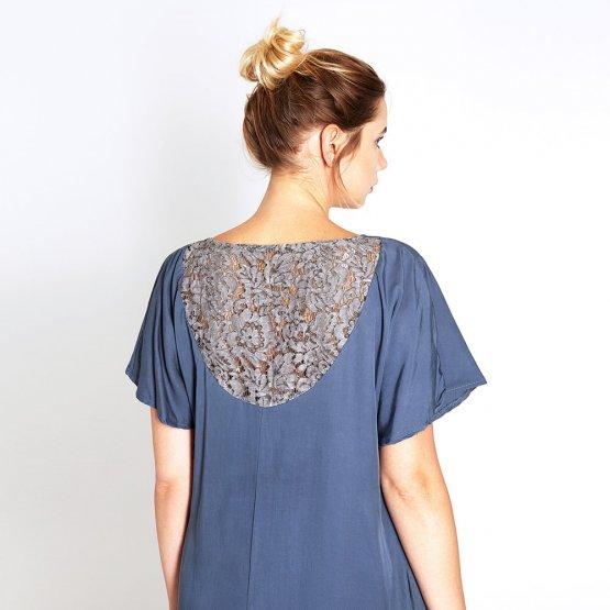 blaues Kleid aus Tencel mit grauer Spitze im Rückteil