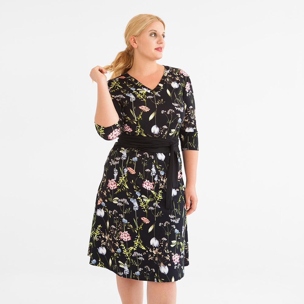 Geblümtes Kleid in Wickeloptik mit ausgestelltem Rock, halblangen Ärmeln und V-Ausschnitt. Plus Size Model in Größe XL.