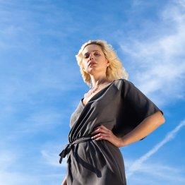 Graues Kleid mit weiten Kimonoärmeln und übereinander geschlagenem Oberteil. Fair produziert aus nachhaltigem Tencel