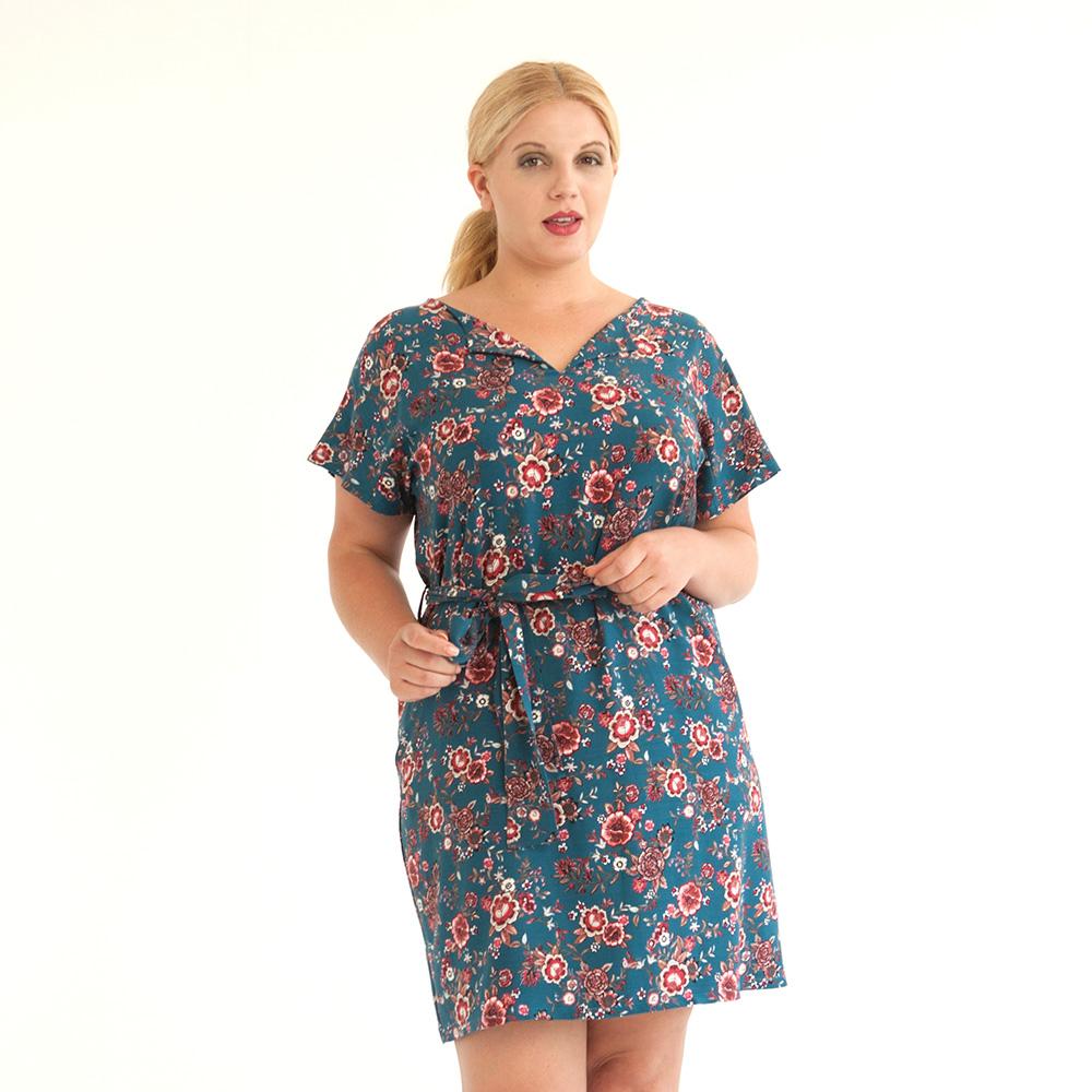 Geblümtes blaues Kleid aus Viskose mit lässigem Schnitt mit Taschen, Gürtel und überschnittenen Ärmeln. Plus Size Modell in XL.