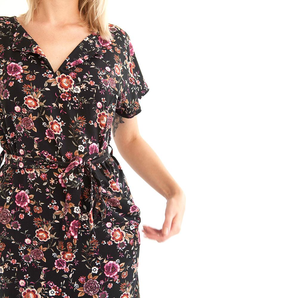 Geblümtes schwarzes Kleid mit lässigem Schnitt mit Taschen, Gürtel und überschnittenen Ärmeln.