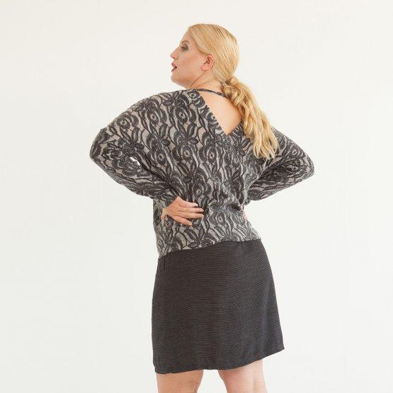 weich fließender schwarzer Rock mit Gummibund aus Viskose mit feinen gestickten Querstreifen und seitlichen Taschen.