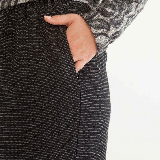 weich fließender schwarzer Rock mit Gummibund aus Viskose mit feinen gestickten Querstreifen und seitlichen Taschen. - Detailansicht Tasche