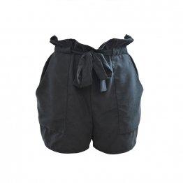 schwarze Paperbag Shorts aus Cupro mit Gürtel und aufgesetzten Taschen