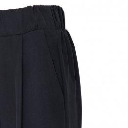 lässige Bundfaltenhose aus Tencel in Schwarz mit Seitentaschen, breitem Gummibund und Hosenbeinaufschlägen