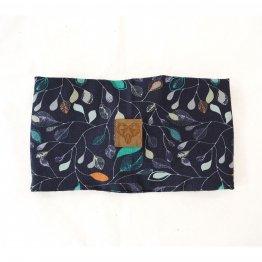 dunkelblaues Stirnband mit Blütenmuster aus Bio-Baumwolle - Rückseite mit Label aus veganem Leder