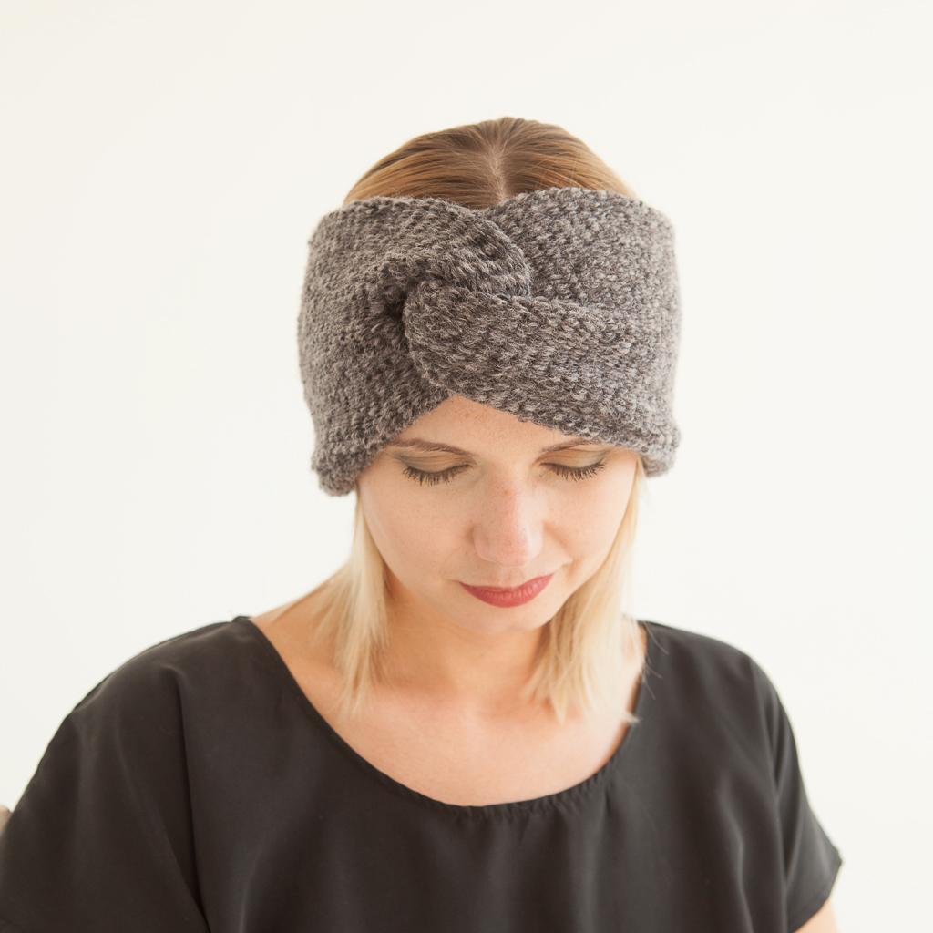 Grau meliertes Stirnband aus weicher Wolle im Turbanlook mit Knoten vorn.