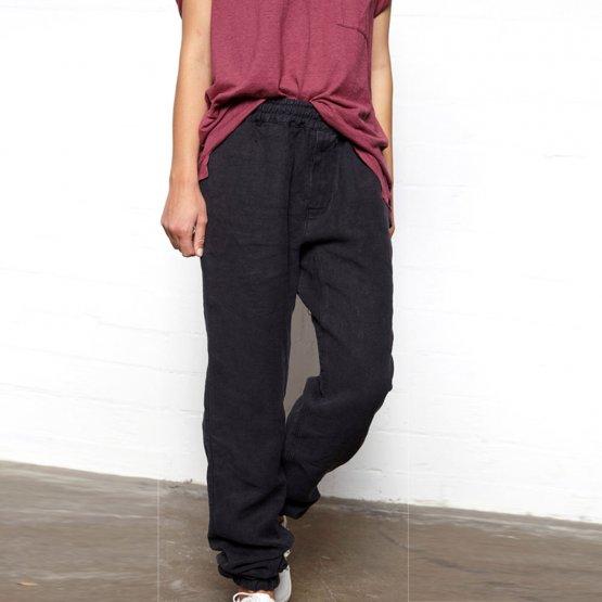 schwarze Canvas Hose aus Hanf von MÁ Hempwear - von einer Frau getragen