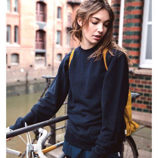 """Pullover """"Marsh"""" aus Hanf - weiches Sweatshirt in Dunkelblau für Frauen und Männer - hier von einer Frau getragen"""