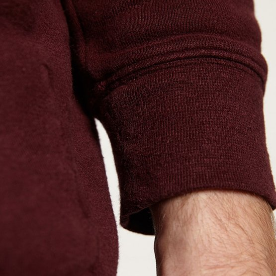 """Pullover """"Marsh"""" aus Hanf - weiches Sweatshirt in einem Pflaume-Ton für Frauen und Männer - Detailansicht Ärmelbündchen"""