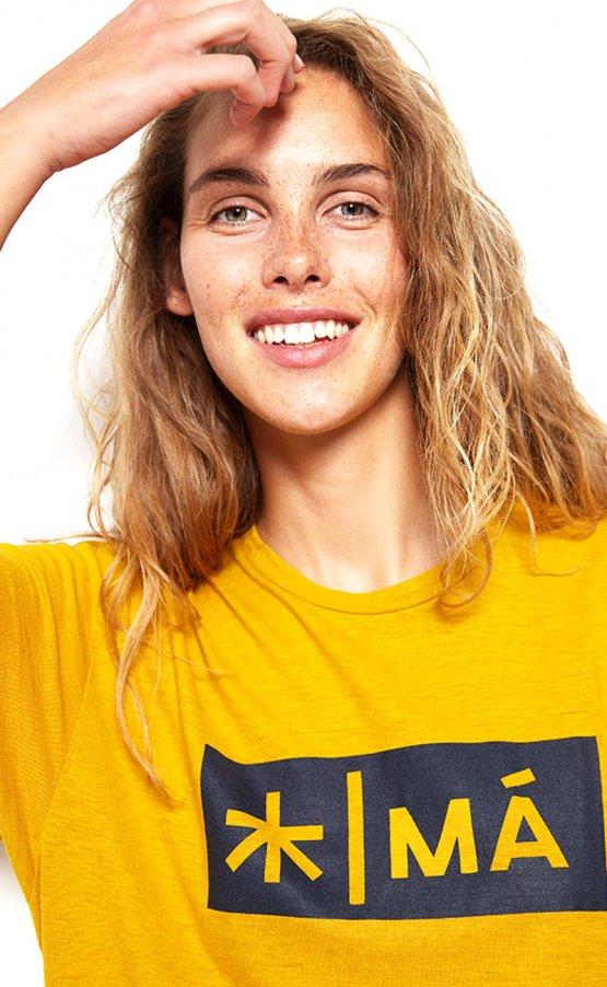 Shirt REGGIE aus Hanf in Gelb von MA Hempwear - auf weiblichem Modell