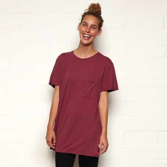 Shirt HOVITO aus Hanf mit Brusttasche in Beere von MA Hempwear auf weiblichem Model
