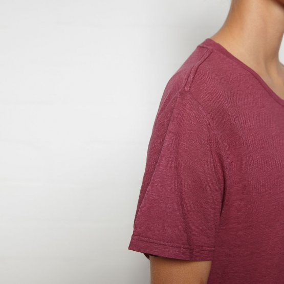 Shirt HOVITO aus Hanf mit Brusttasche in Beere von MA Hempwear - Detail Schulternaht