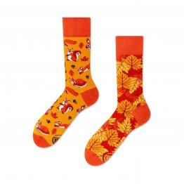 Socken mit Eichhörnchen in warmen Herbstfarben von Many Mornings