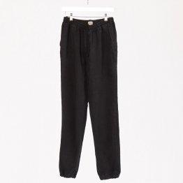schwarze Canvas Hose aus Hanf auf einem Bügel hängend - von MÁ Hempwear