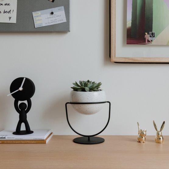 Hier ist der Pflanzenhalter die perfekte Dekoration für jeden Schreibtisch.
