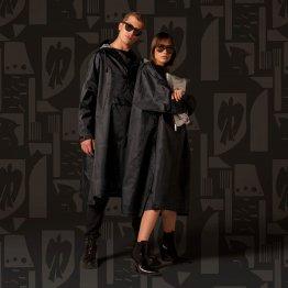 Oversize Regenmantel mit Kunstprint in Schwarz Grau aus recyceltem Polyester von Rainkiss