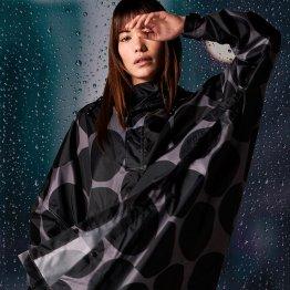 REgenmantel von RAINKISS aus recyceltem Polyester mit großen Polka Dots in Schwarz Grau