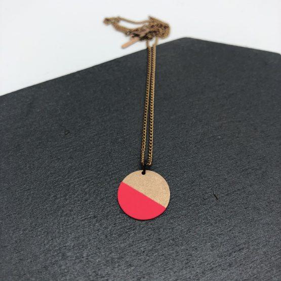 Dezente Kette mit Kettenanhänger Kreisförmig zur hälfte pink gefärbt