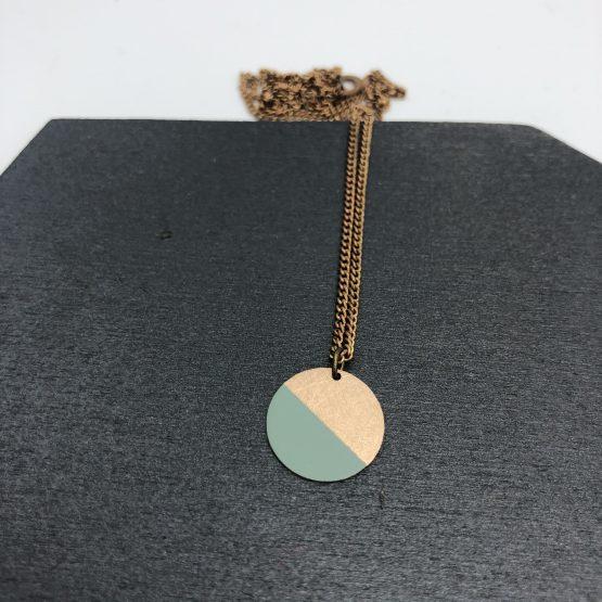 Dezente Kette mit Kettenanhänger Kreisförmig zur hälfte türkis gefärbt