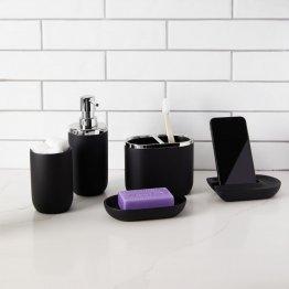 Die schwarz matte Seifenschale im Set mit anderen Badezimmerutensilien.