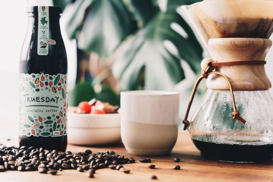 Flasche, Becher und Kaffeemaschine