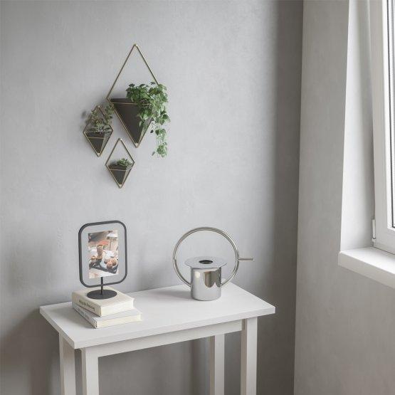 Eine große und zwei kleine bepflanzte Wandvasen