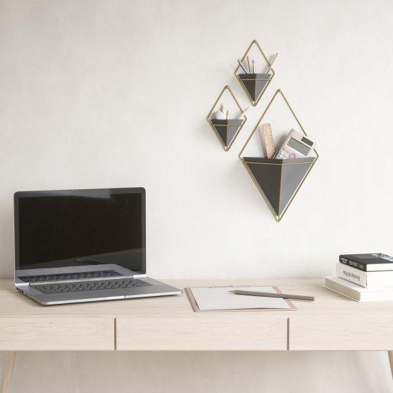 Eine kombination vomn großen und kleinen Wandvasen zum organisieren von Büromöbeln