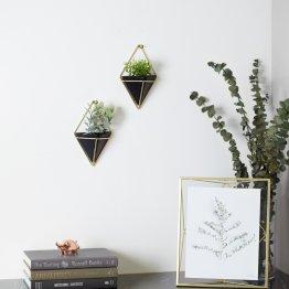 Zwei kleine gold schwarze Wandvasen im geometrischen Design