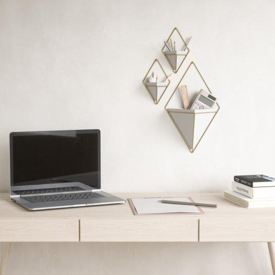 Unterschiedliche größen der Umbra Wandvasen in weiß und gold, also organizer für Büro utensilien.