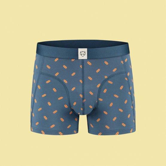 Geschenkset Beers & Boxers von A-dam Underwear mit einer blauen Boxershorts mit Hotdogs bedruckt und zwei Flaschen niederländischem Craft Beer