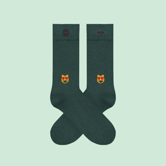 Grüne Socken mit Katze mit Herzen in den Augen. Aus Bio-Baumwolle und Econyl gefertigt von A-dam Underwear.