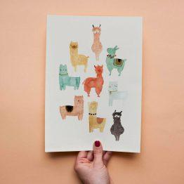 Postkarte mit verschiedenen lustigen Lamas und Alpakas von Bär von Pappe.