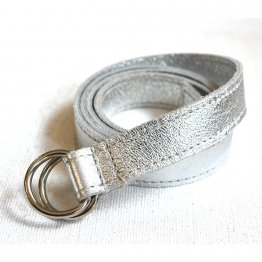 Schmaler silberner Ledergürtel von ELektropulli. Fair in Deutschand hergestellt.