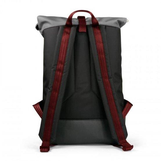 schwarzer Courierbag Rucksack mit rotem Kontrastband von Freibeutler - vegan und aus recyceltem PET hergestellt - Rückansicht Träger mit rotem Band