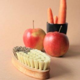 ovale Bürste aus Holz mit harten pflanzlichen Borsten von Groovy Goods
