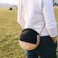 ulsto – runde Umhängetasche aus Korkleder und Filz in Schwarz