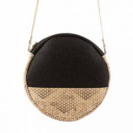 ulsto – runde Umhängetasche aus gemustertem Korkleder und Filz in Schwarz