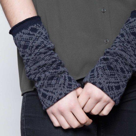 gemusterte handgestrickte Stulpen aus Merinowolle in Blaugrau