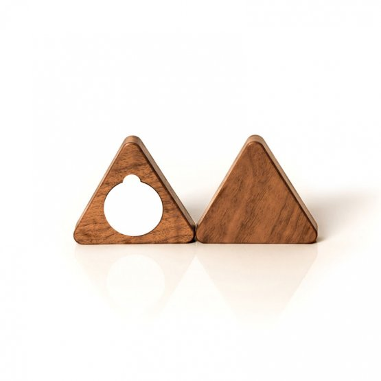 dreieckiger Schlüsselmagnet aus Nussholz Rückansicht mit Klebepunkt