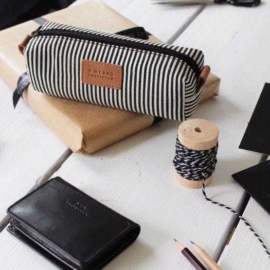 lange schmale Signature Federtasche mit den typischen Streifen von O My Bag