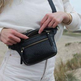 schwarze Gürteltasche aus Leder mit Croco Prägung und vielen extra Taschen von O My Bag