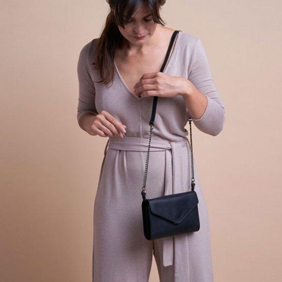 schwarze Handtasche Josephine von O My Bag von einer Frau getragen