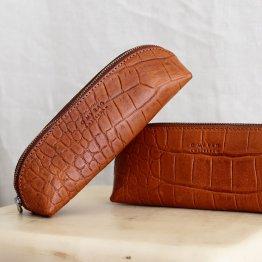 längliche schmale Federtasche aus Eco Leder in Braun mit Croco Prägung von O My Bag